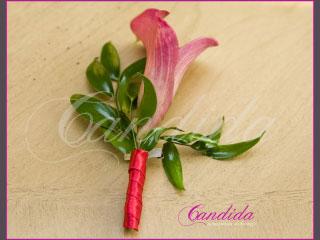 Butonierka dla Pana Młodego wykonana z różowej cantedeskii, ruscusa, butonierki 13