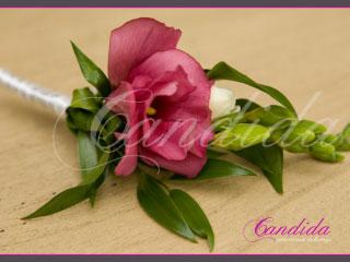 Butonierka dla Pana Młodego wykonana z różowej eustomy, białej frezji, ruscusa, butonierki 16