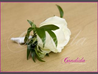 Butonierka dla Pana Młodego wykonana z białej róży, ruscusa, butonierki 17