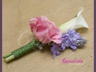 Butonierka dla Pana Młodego wykonana z białej cantedeskii, różowej eustomy, fioletowego ornitogalum, butonierki 29