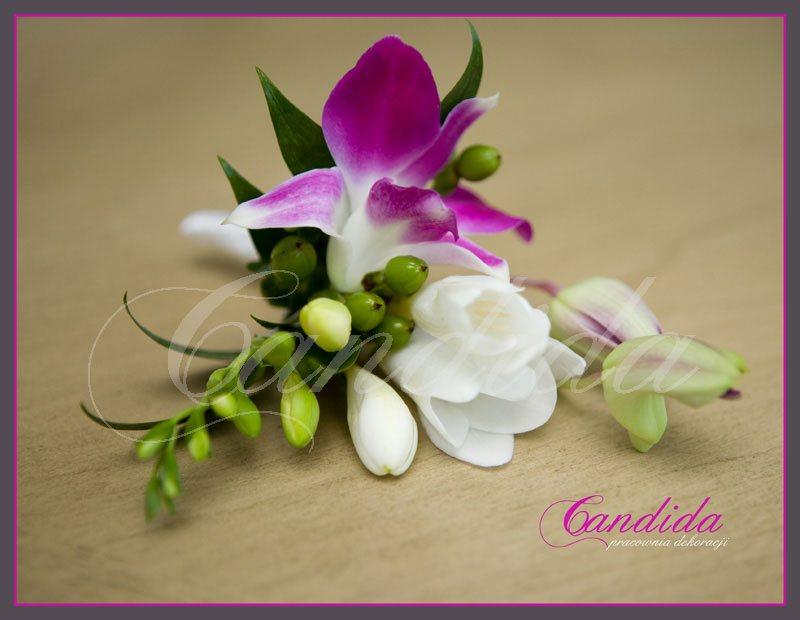 Butonierka dla Pana Młodego wykonana z białej frezji, różowego storczyka dendrobium, ruscusa, butonierki 30