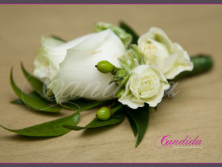 Butonierka dla Pana Młodego wykonana z białej róży, hypericum, butonierki 31