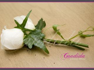 Butonierka dla Pana Młodego wykonana z białej róży, hedery, butonierki 33