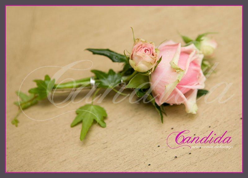 Butonierka dla Pana Młodego wykonana z różowej róży, hedery, butonierki 34