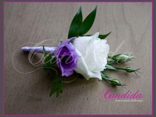 Butonierka dla Pana Młodego wykonana z białej i fioletowej eustomy z ruscusem, butonierki 37