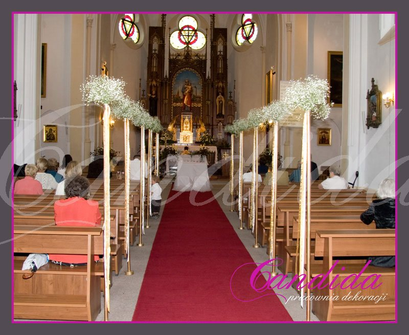 Dekoracja kościoła, nawy głównej. Do dekoracji użyto złote tuby z kwiatami (gipsówka). Uzupełnieniem są zwisające wstęgi i sznury.