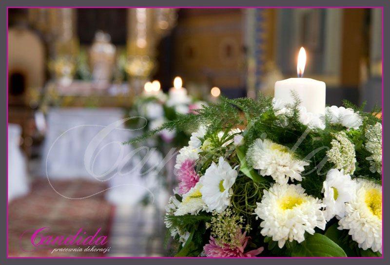Dekoracja Kościoła, nawy głównej. Nawę główną ozdabiają stojaki ze świecami, Do kompozycji użyto astry