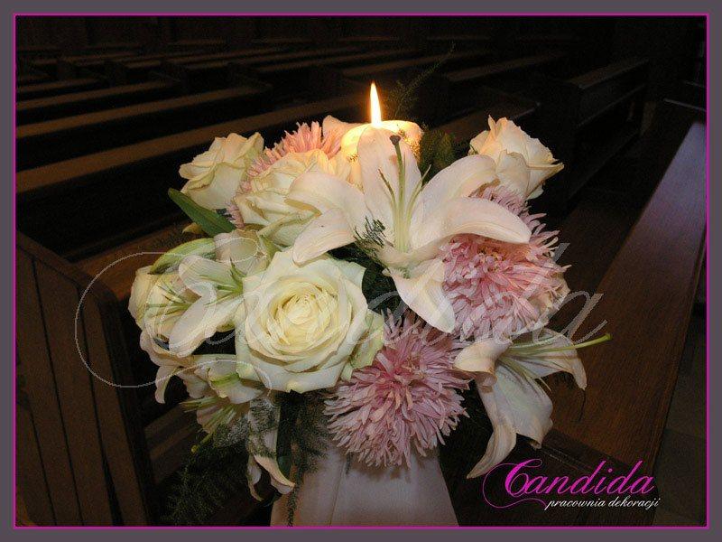 Dekoracja Kościoła, nawy głównej. Nawę główną ozdabiają stojaki ze świecami, Do kompozycji użyto mix kwiatów sezonowych.
