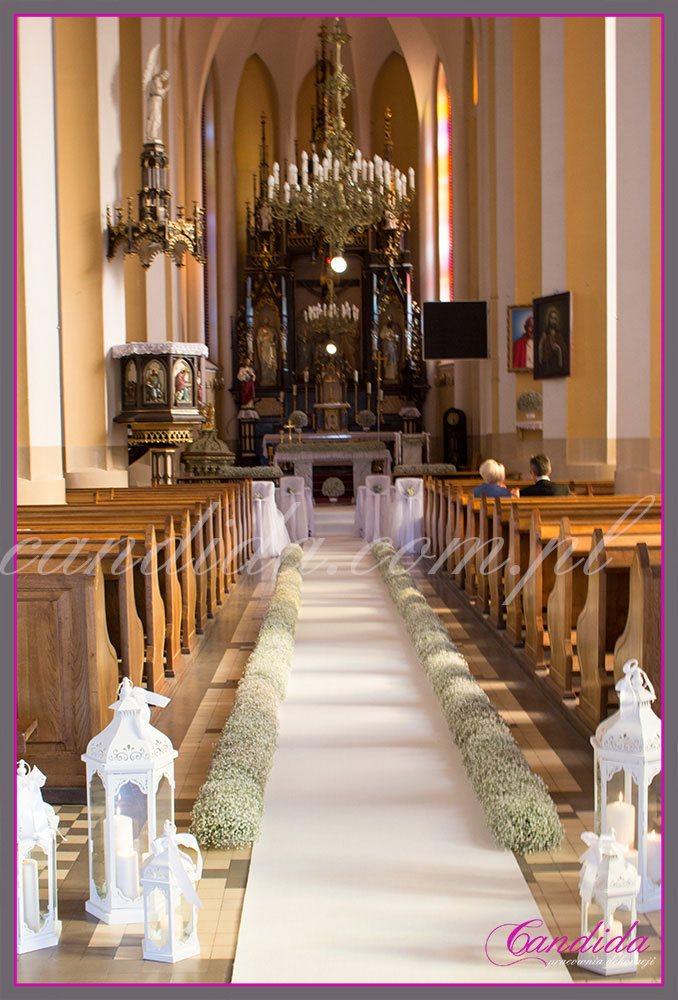 dekoracja kościoła z gipsówki, biały dywan, białe latarnie, lampiony duże