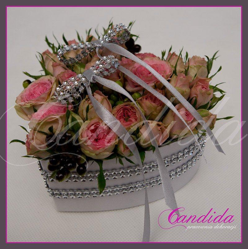 kwiatowa poduszka na obrączki wykonana z róży gałązkowej
