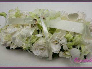 kwiatowa poduszka na obrączki wykonana z białego storczyka dendrobium oraz białej eustomy