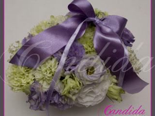 kwiatowa poduszka na obrączki wykonana z pistacjowego goździka i fioletowej eustomy