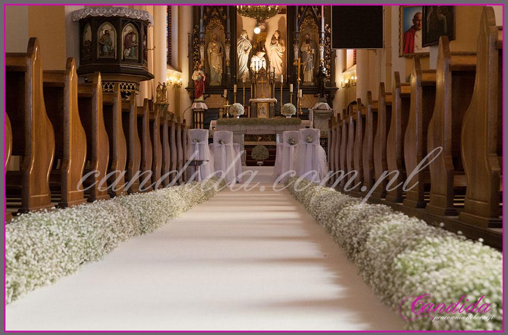 dekoracja nawy głównej, biały dywan, dekoracja z gipsówki