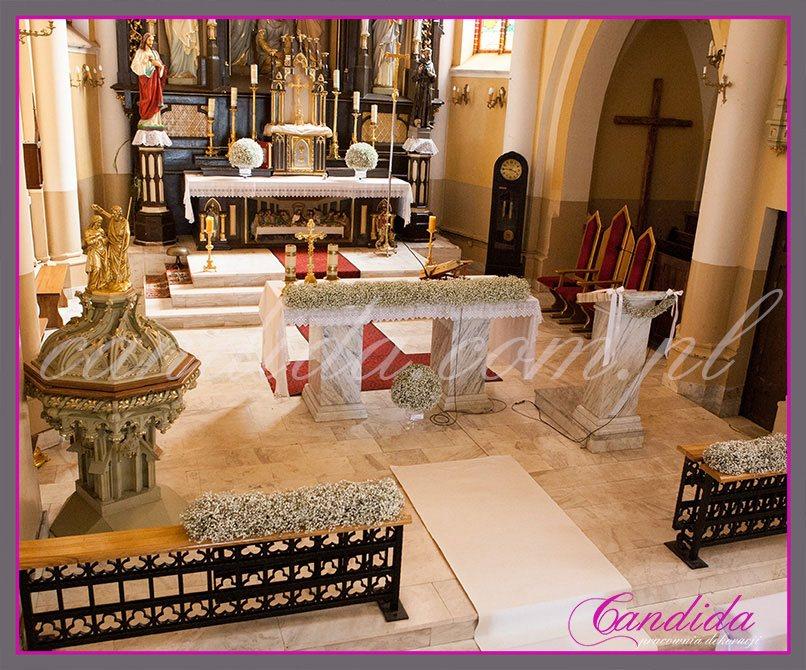 dekoracja ołtarza z gipsówki