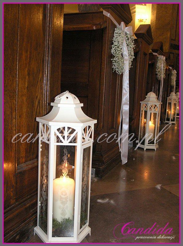 dekoracja ślubna kościoła, wianki z gipsówki