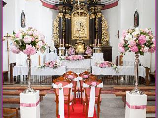 dekoracja ślubna kościoła, kandelabry, różowe hortensje