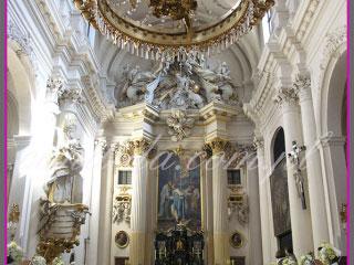 dekoracja ślubna kościoła, dekoracja ławek kwiatami,