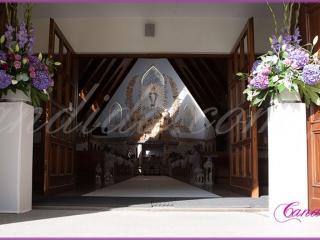 dekoracja ślubna kościoła kompozycje z hortensjami na postumentach dekoracja nawy głównej