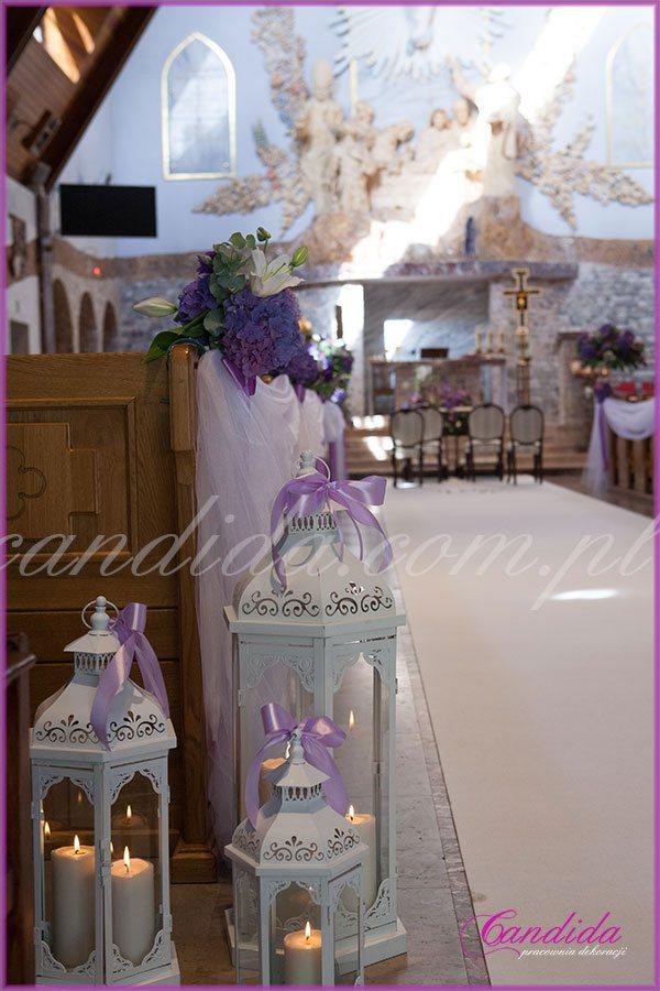 dekoracja ślubna kościoła lampiony ze świecami dekoracje ławek hortensjami