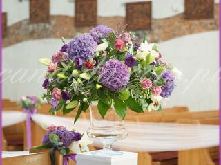 dekoracja ślubna kościoła kompozycja kwiatowa z hortensjami na postumencie