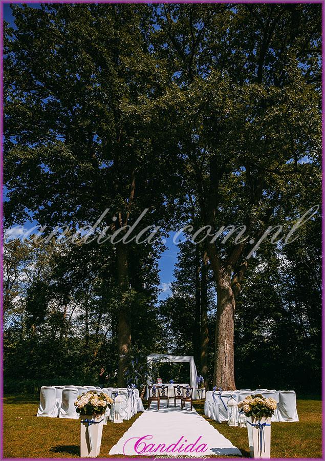 dekoracje ślubne plenerowe, postumenty z kompozycjami kwiatowymi, biały dywan, pokrowce na krzesłą, altana przystrojona dekoracjami ślubnymi plenerowymi, Dwór Radzin 19