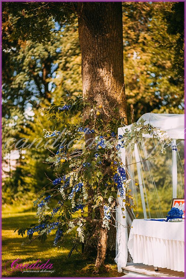 dekoracje kwiatowe  ślubu w plenerze, altana udekorowana tiulem, jabłoń przyozdobiona kwiatami,  dekoracje ślubu plenerowego w Dworze Radzin 20