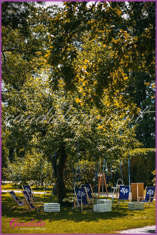 dekoracje weselne, drzewo przyozdobione wstążkami, dekoracje kwiatowe  ślubu w plenerze w Dworze Radzin 23