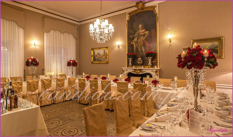 dekoracje weselne w restauracji Pod Gigantami dekoracja sali weselnej srebrne kandelabry świece czerwone róże