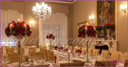 dekoracje weselne w restauracji Pod Gigantami sala weselna udekorowana kompozycjami z róż na kandeabrach