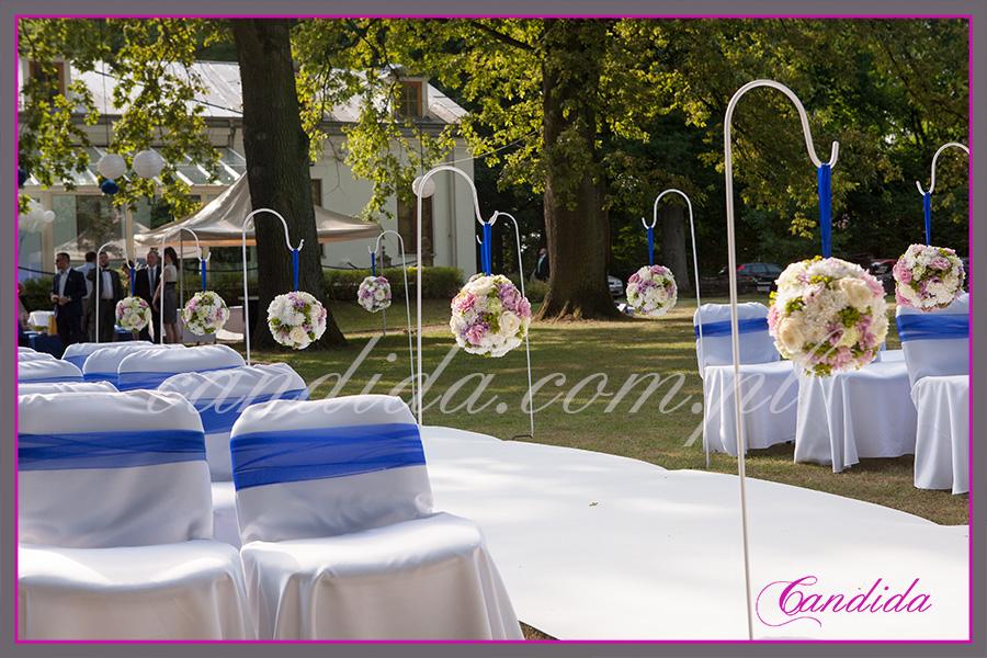 dekoracje ślubne plenerowe, ślub w plenerze, kwiaty do ślubu, Dwór Radzin, kwiatowe kule, biały dywan
