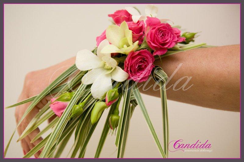 Bransoleta kwiatowa wykonana z róż gałązkowych, storczyka dendrobium i trawy ozdobnej
