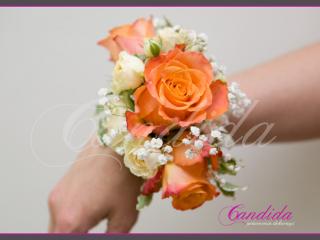 Bransoleta kwiatowa wykonana z pomarańczowych róż, storczyka dendrobium, gipsówki