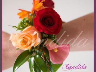 Bransoleta kwiatowa wykonana z pomarańczowych róż, cantedeskii, crocosmii