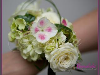 Bransoleta kwiatowa wykonana z białych róż, hortensji, pistacjowego goździka