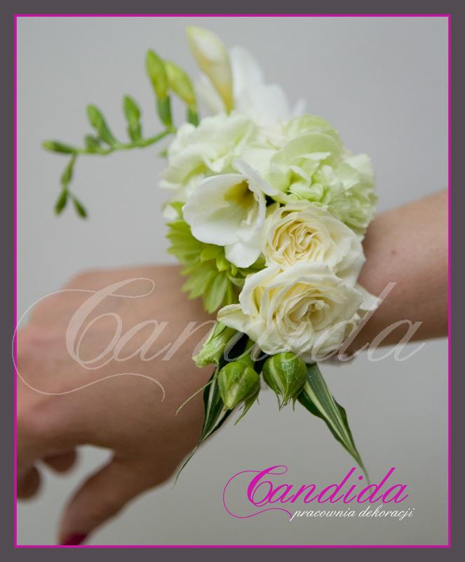 Bransoleta kwiatowa wykonana z białych róż, białej frezji, pistacjowego goździka