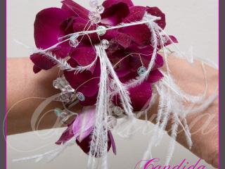 Bransoleta kwiatowa wykonana ze storczyka dendrobium w kolorze fuksji.