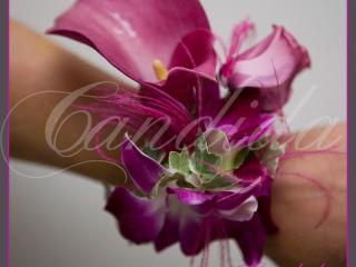 Bransoleta kwiatowa wykonana z cantedeskii, eustomy oraz storczyka dendrobium z dodatkiem hedery i piór strusia.