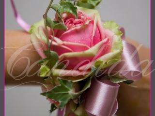 Bransoleta kwiatowa wykonana z róż, hedery z dodatkiem atłasowej kokardy.