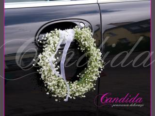 dekoracje samochodu do ślubu, dekoracja klamek w formie wianuszków z gipsówki