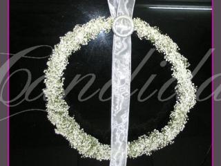 Dekoracja klamek w samochodzie wykonana w formie dużych okręgów z gipsówki z dekoracyjnymi upięciami z perłami