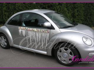 Dekoracja boków samochodu ze storczyków dendrobium, hortensji i wybielanego szarłatu