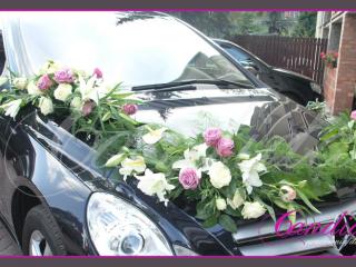 Dekoracja samochodu wykonana z róż, lilii