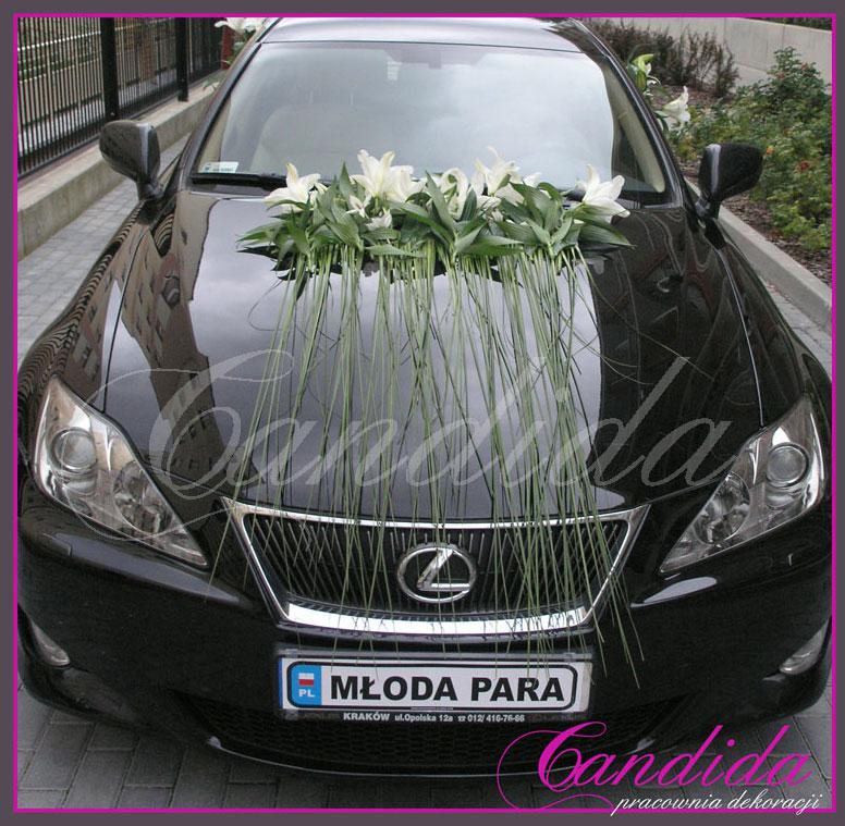 Dekoracja samochodu wykonana z białych lilii i trawy ozdobnej