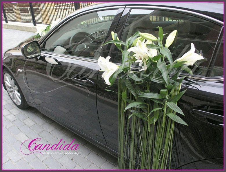 Dekoracja boków samochodu wykonana z białych lilii i trawy ozdobnej