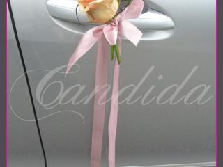 Dekor kwiatowy przy klamce w samochodzie