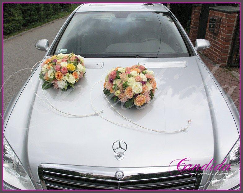 Dekoracja maski samochodu w formie 2 serc wykonanych z róż, astrów