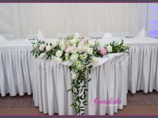 Dekoracja stołu Młodej Pary wykonana z różowych i białych piwonii, białych róż, pistacjowej eustomy