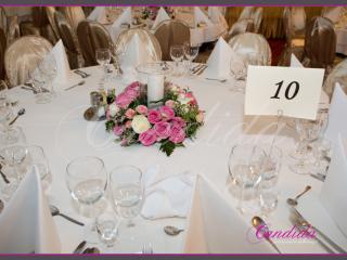 Dekoracja stołów gości - lampiony z wiankami z kwiatów, kompozycje wykonane z różowych róż, storczyka dendrobium, róż gałązkowych, gipsówki