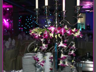 świecznik z wiankiem ze storczyków, dekoracja bufetów