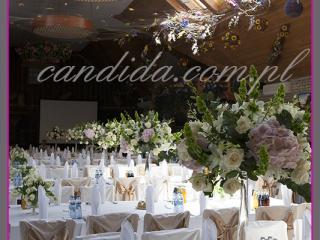 dekoracja sali weselnej w hotelu Boss, dekoracja kwiatowa, kompozycje kwiatowe z hortensji, storczyków, róż, eustomy, lilii, kompozycje kwiatowe na wysokich wazonach szklanych